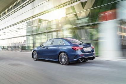 Mercedes-AMG A 35 4MATIC Limousine//Mercedes-AMG A 35 4MATIC Saloon, Kraftstoffverbrauch kombiniert: 7,7-7,6 l/100 km; CO2-Emissionen kombiniert: 177-174 g/km // Fuel consumption combined: 7.7-7.6 l/100 km; combined CO2 emissions: 177-174 g/km, denimblau // denim blue